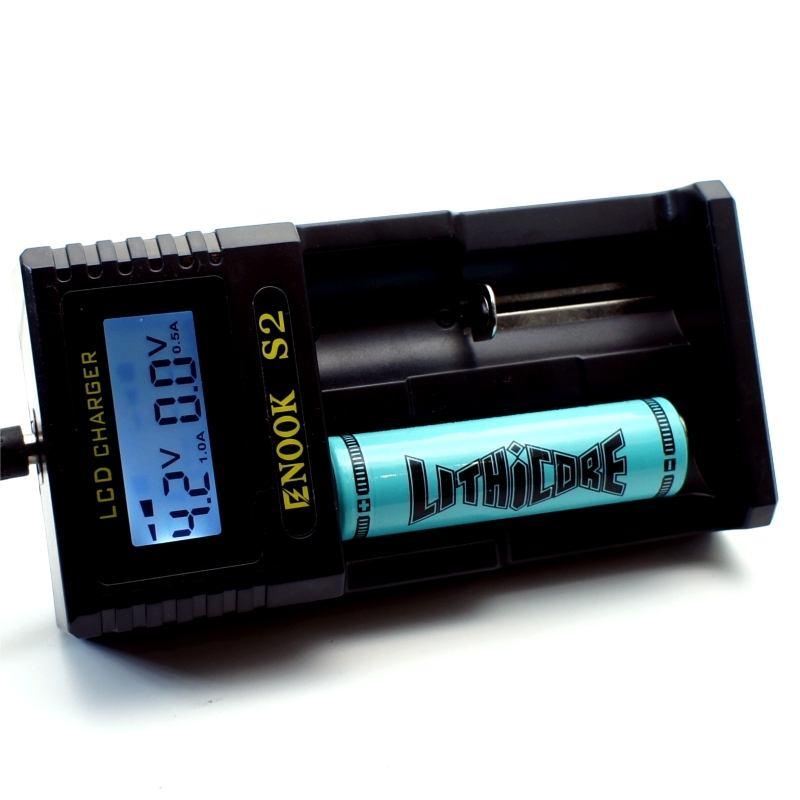 Cargador enook S2 recargando bateria 18650